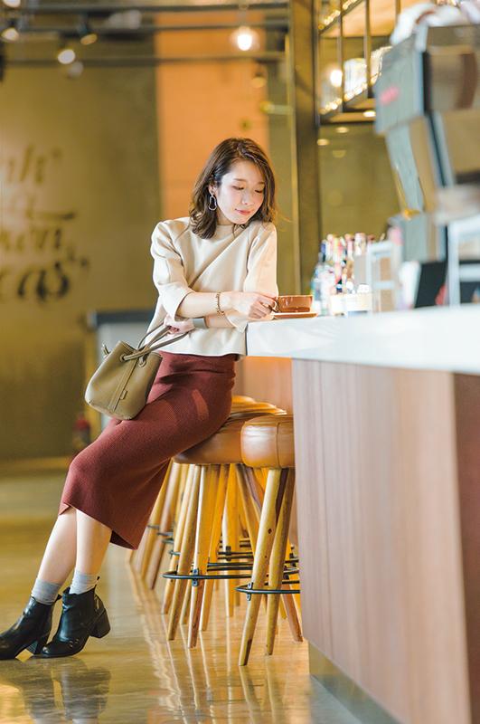 【6】白プルオーバー×赤茶タイトスカート×ベージュショルダーバッグ