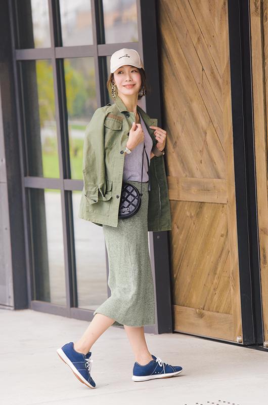 【5】カーキジャケット×グレータイトスカート×黒ショルダーバッグ