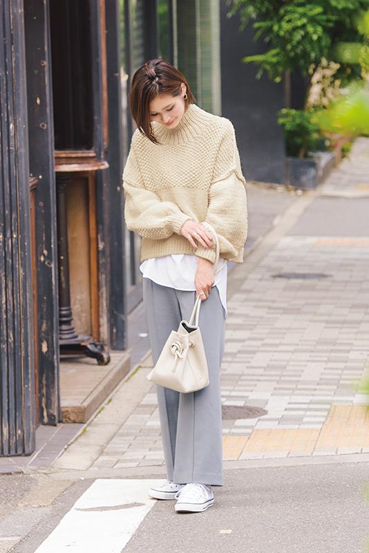 【3】白ニット×グレーワイドパンツ×白スニーカー