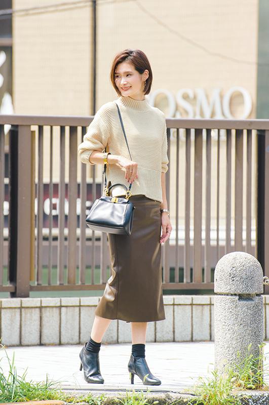 【1】白ニット×ブラウンタイトスカート×黒ショートブーツ