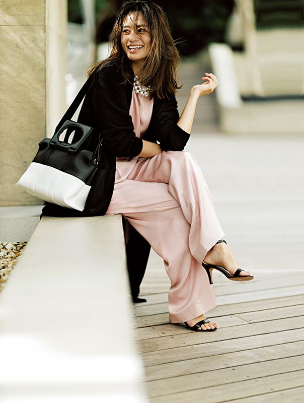 【8】ピンクブラウス×ピンクパンツ×黒ロングコート