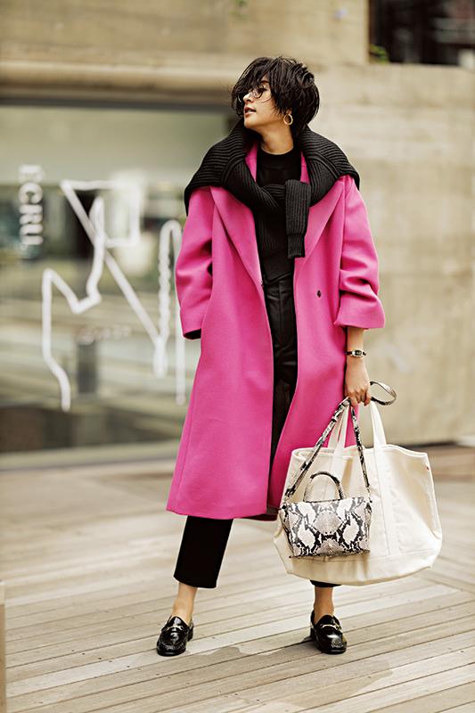 【4】ピンクコート×黒パンツ×パイソン柄ショルダーバッグ