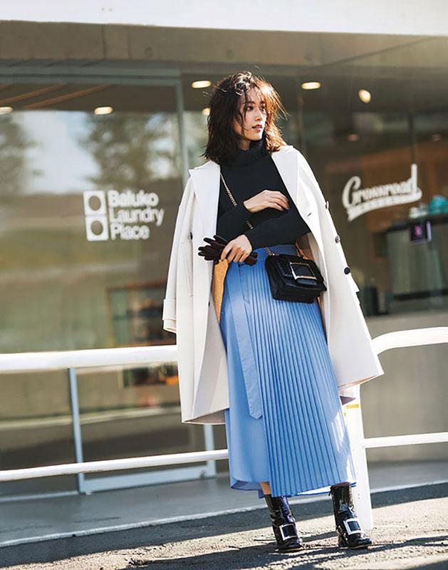 【6】白コート×黒ニット×水色スカートのモードファッションコーデ