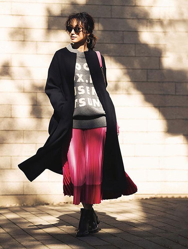 【1】ピンクプリーツスカート×グレーニット×黒ノーカラーコート