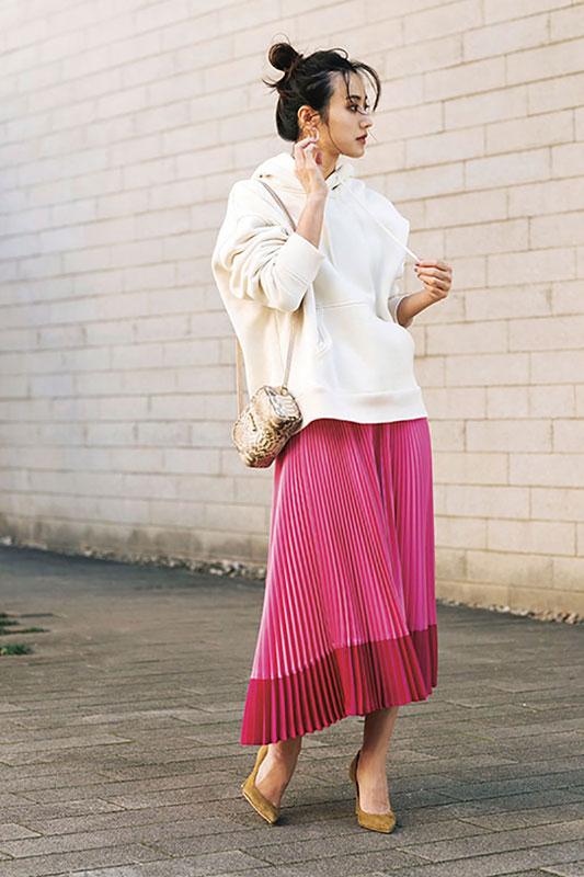 【1】白フーディ×ピンクプリーツスカート