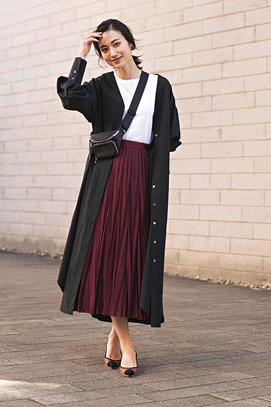 【10】黒ワンピース×白カットソー×ボルドー色スカート