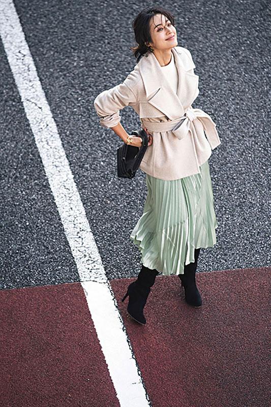 【1】ペールグリーンプリーツスカート×白ニット×クリームコート