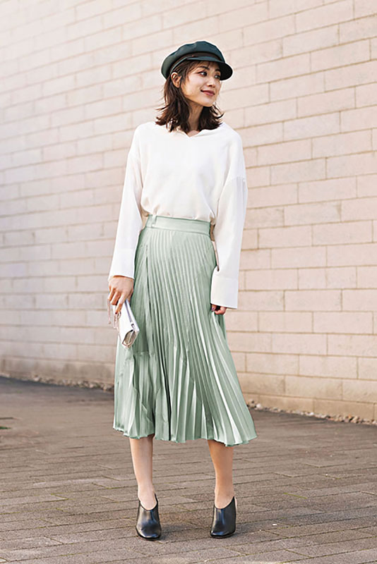 【1】白トップス×緑色プリーツスカート×黒キャスケット