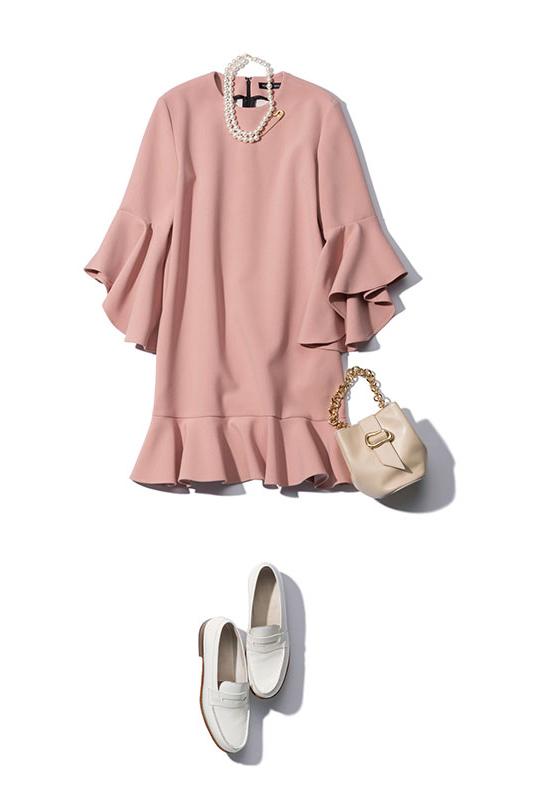 【1】ピンクのミニワンピース×白ローファーのモードファッション