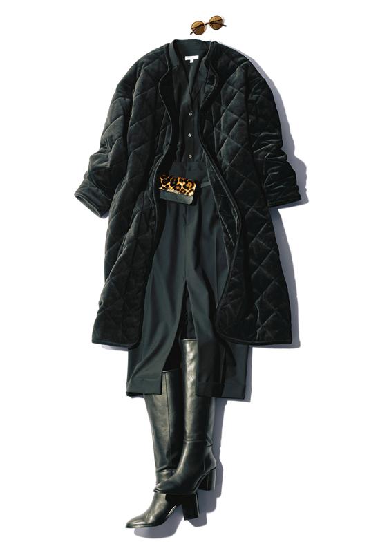 【1】黒ブラウス×黒タイトスカート×黒キルティングコート