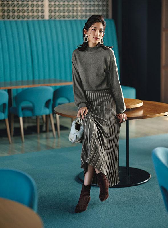 【2】チャコールニットワンピースのモードファッションコーデ