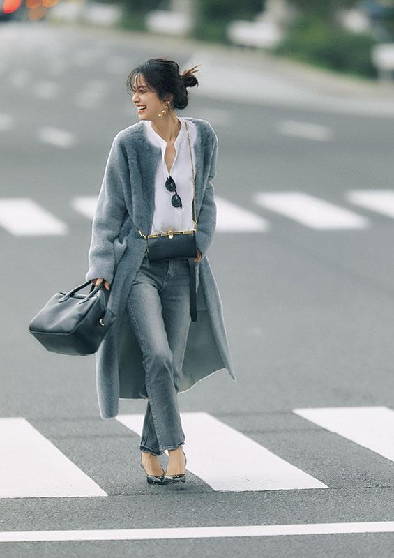 【8】グレーコート×白ブラウス×黒デニムパンツのモードファッションコーデ