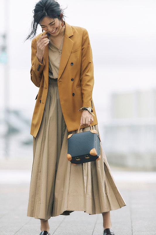 【9】キャメルジャケット×ベージュワンピース