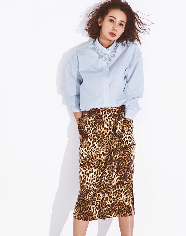 【9】水色シャツ×レオパード柄スカートのモードファッションコーデ
