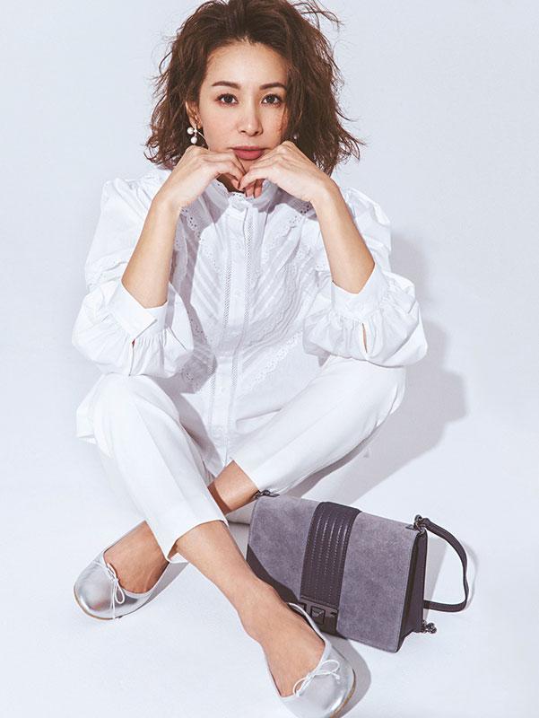 【8】白ブラウス×白パンツ×シルバーのバレエシューズのモードファッションコーデ