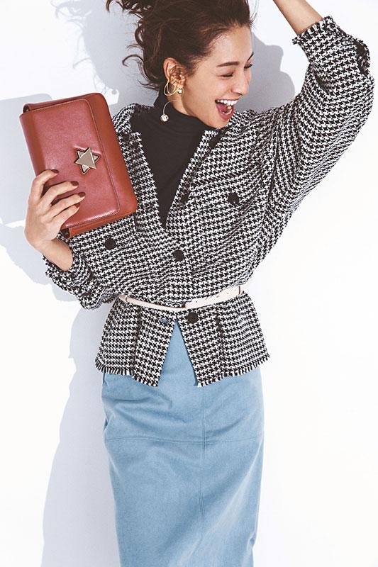 【9】チェックジャケット×黒ニット×水色スカート