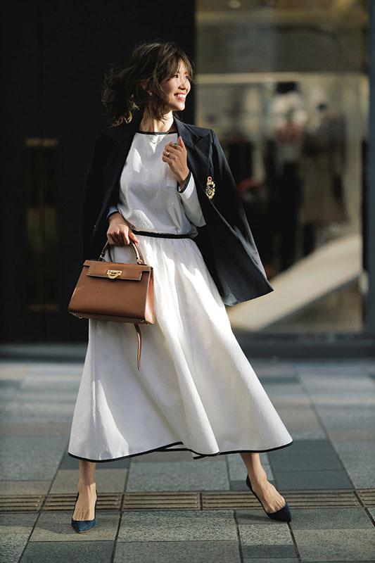 【4】ネイビーブレザー×白トップス×白フレアスカート