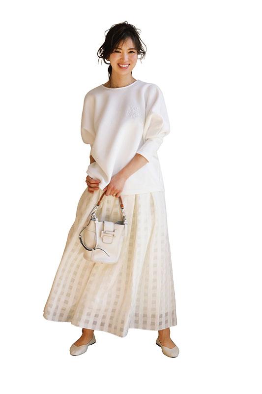 【3】白プルオーバー×白フレアスカート