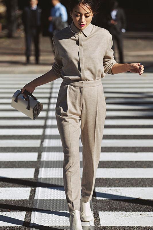 【7】ベージュシャツ×ベージュパンツのセットアップのモードファッションコーデ