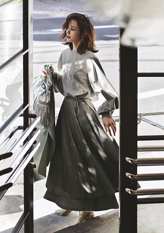 【2】グレーブラウス×グレープリーツスカート