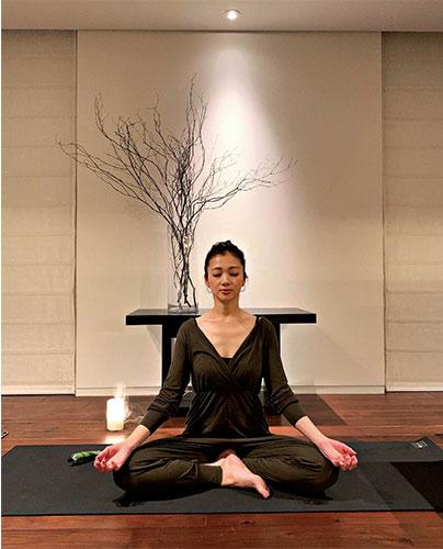 ヨガや瞑想をする