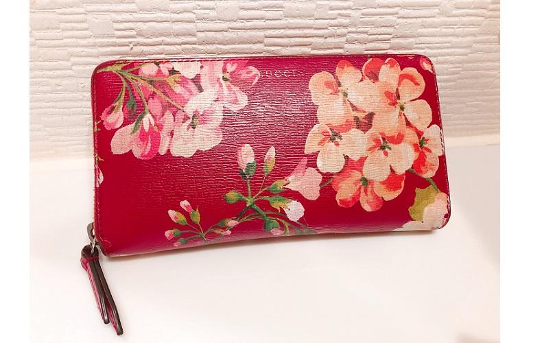 「グッチ」のフラワーペイント財布