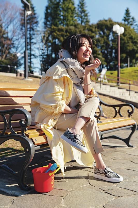 【3】黄色マウンテンパーカのアウター×ベージュカットソー×ベージュパンツ