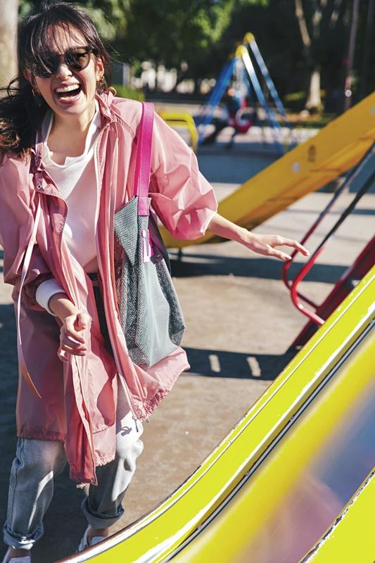 【2】ピンクマウンテンパーカ×グレーデニムパンツ
