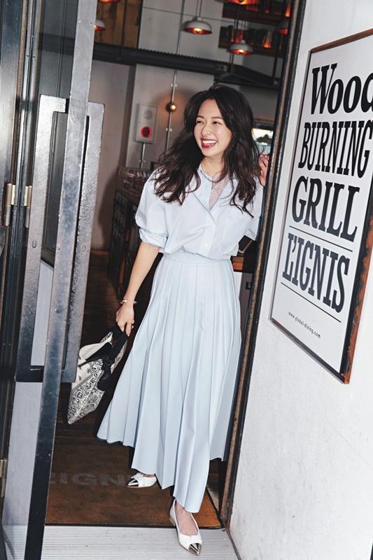 【1】白のドレスシャツ×白スカート