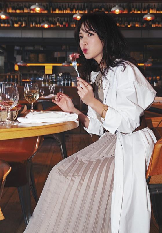 【2】白ワンピースのアウター×ベージュニット×ベージュスカート