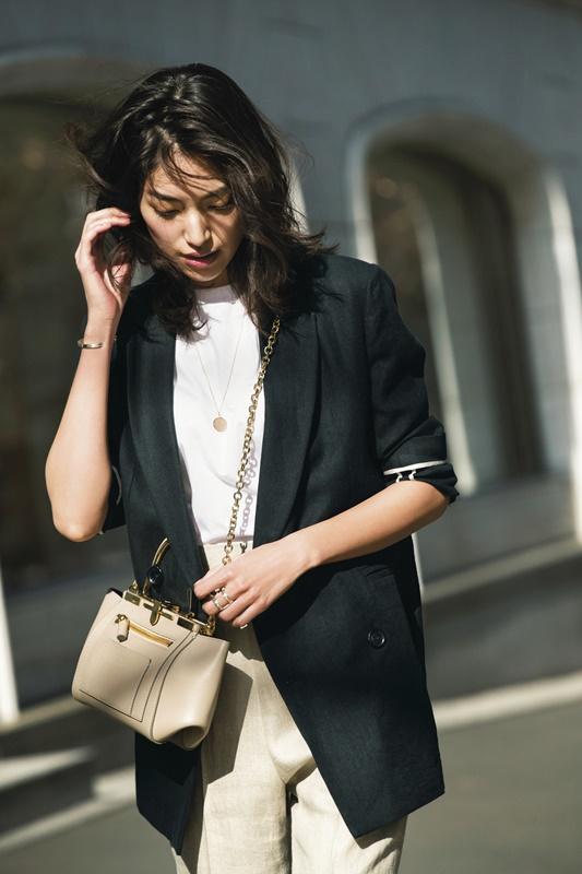 【2】黒ジャケット×白Tシャツ×ベージュパンツのモードファッションコーデ