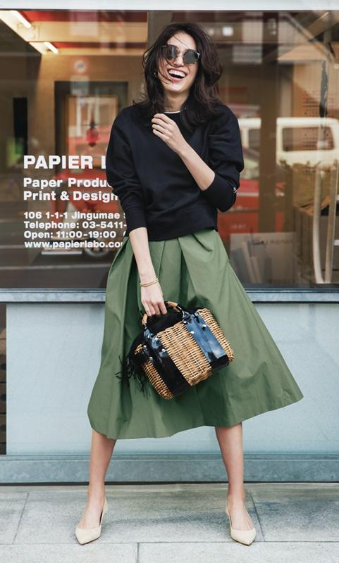 【6】黒スエット×カーキスカート