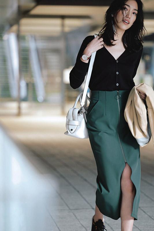 【3】ベージュジャケット×黒ニット×緑スカート