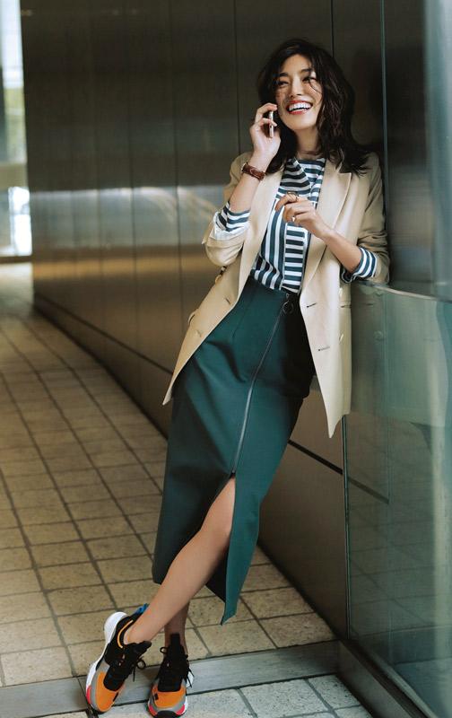 【6】ベージュジャケット×ストライプブラウス×緑スカート