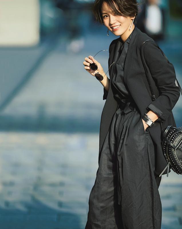 【1】黒ジャケット×黒プルオーバー×黒ワイドパンツ