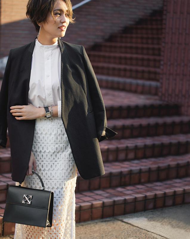 【5】黒ジャケット×白ブラウス×白スカートのモードファッションコーデ コンサバティブ コンサバ 意味 ファッション 着こなし コーデ コーディネート 働く女性 ジャケット ブラウス タイトスカート