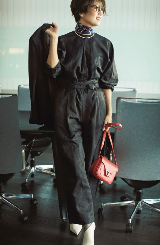 【4】黒プルオーバー×黒パンツのセットアップのモードファッションコーデ