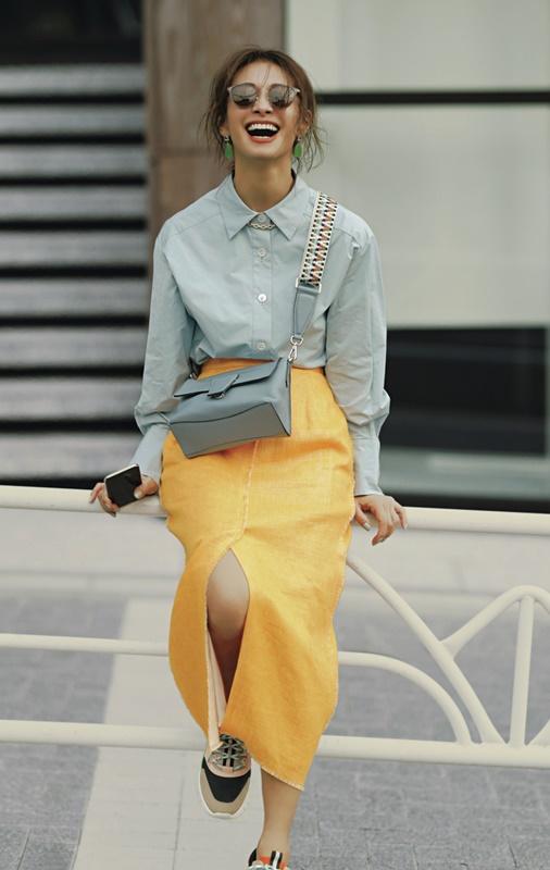 【4】水色のドレスシャツ×黄色スカート