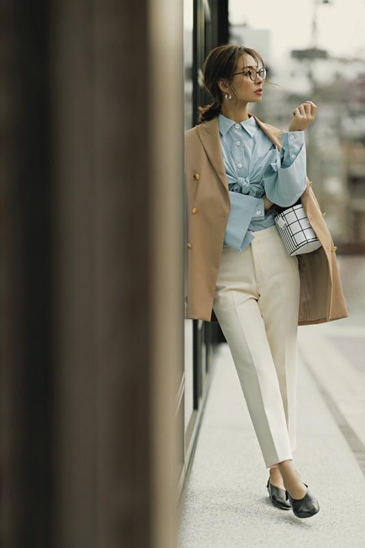【10】キャメルジャケット×水色ブラウス×白パンツ
