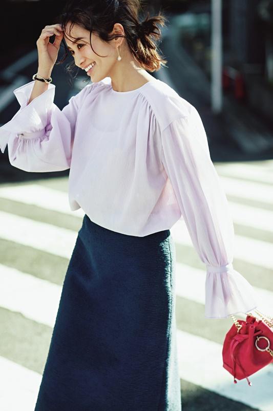 【1】ラベンダー色ブラウス×ネイビースカート