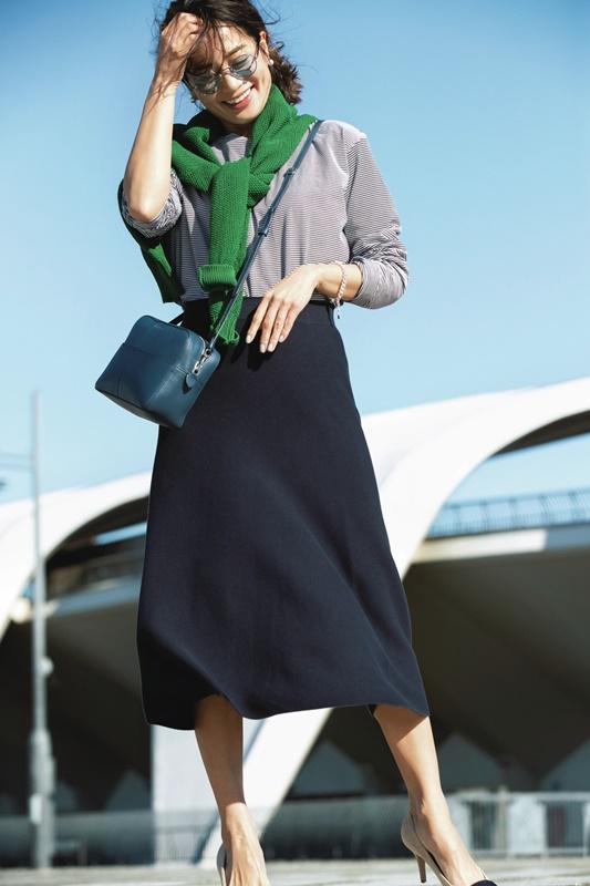 【9】グリーンニット×ストライプカットソー×ネイビースカート
