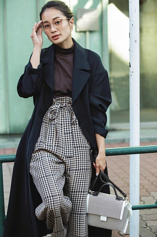 【3】ネイビーコート×茶色カットソー×チェック柄パンツ