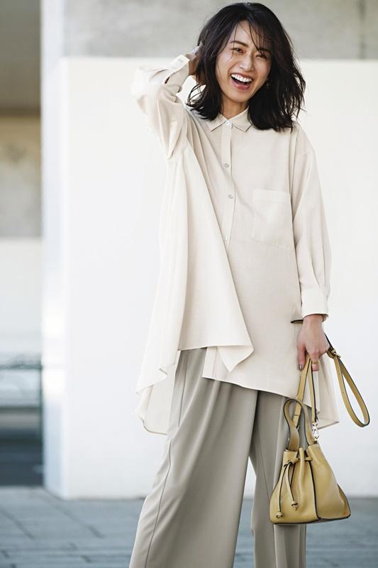 【5】ロング丈のベージュドレスシャツ×ベージュワイドパンツ