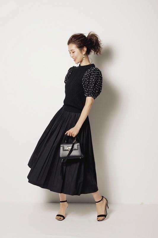 【3】黒ワンピースのモードファッションコーデ