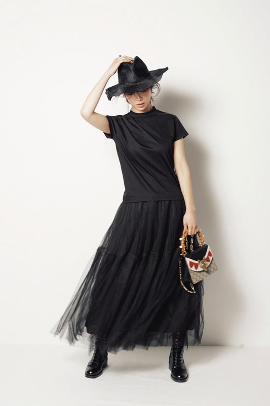 【7】黒Tシャツ×黒スカート