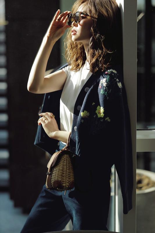 【4】花柄カーディガン×白Tシャツ×デニムパンツ