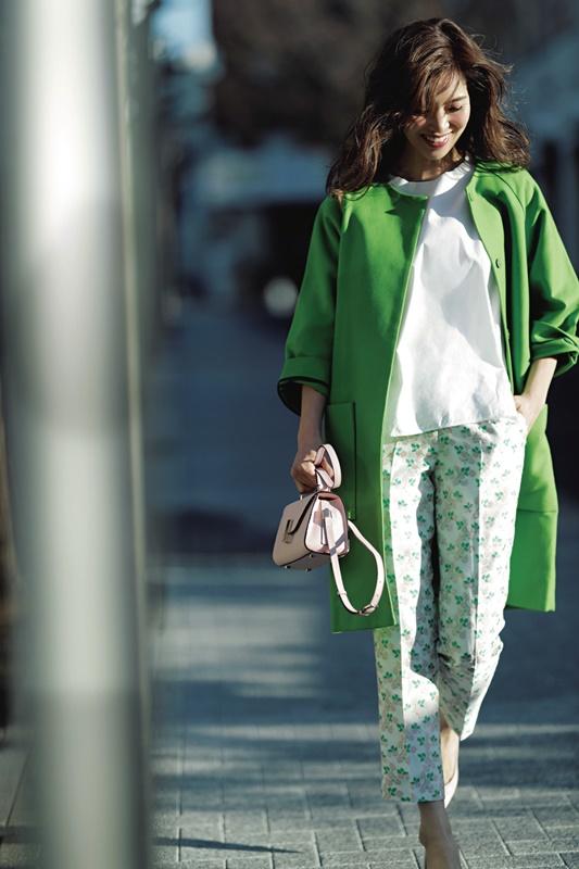【4】COSの緑コート×白ブラウス×花柄パンツ