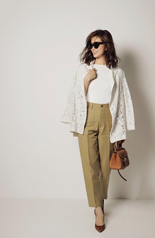 【2】白ジャケット×白ニット×キャメルパンツ