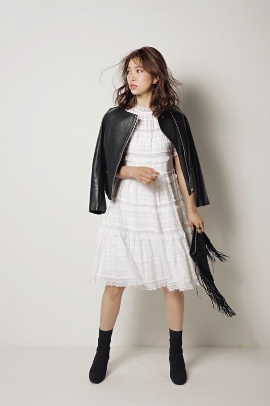 【4】レザージャケット×白ワンピース