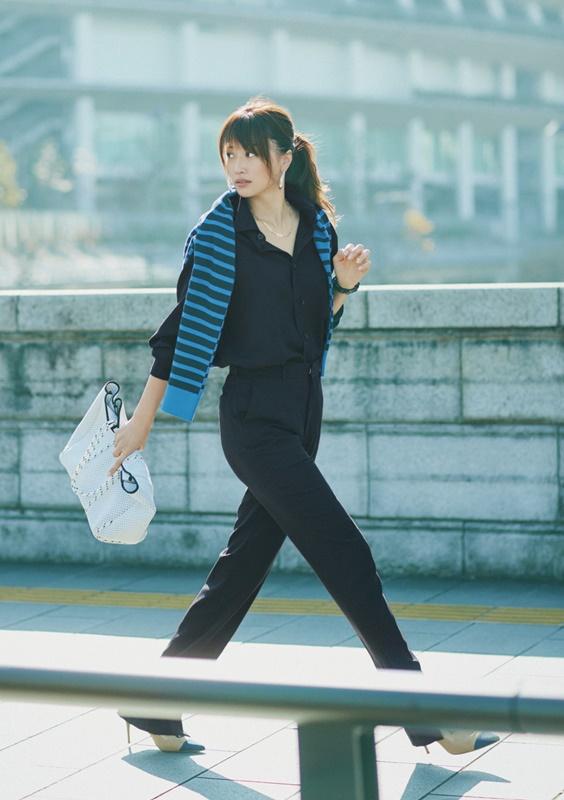 【6】オーラリーのネイビーパンツ×黒シャツ
